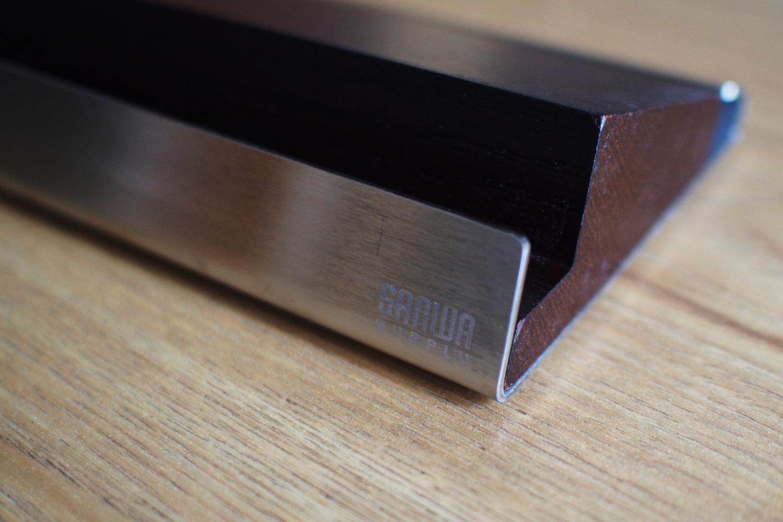 木製にステンレスをプラスしたシックなデザインのiPadスタンド